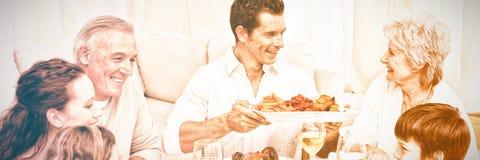 Familie die een groot diner hebben thuis royalty-vrije stock afbeeldingen