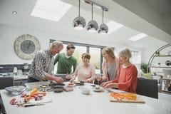 Familie die een Maaltijd samen koken stock foto