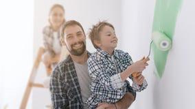 Familie die een ruimte samen schilderen royalty-vrije stock fotografie