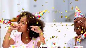 Familie die een verjaardagspartij vieren stock videobeelden