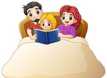 Familie, die ein Buch zur Tochter auf Bett auf einem weißen Hintergrund liest stock abbildung