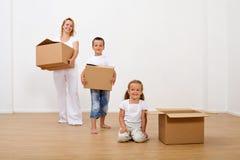 Familie, die in ein neues Haus sich bewegt Stockfoto
