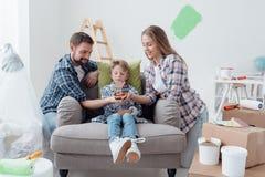Familie, die ein neues Haus träumt stockfotos