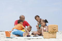 Familie, die ein Picknick hat Lizenzfreie Stockfotografie