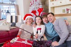 Familie, die ein Selfie am Weihnachten nimmt Stockbild