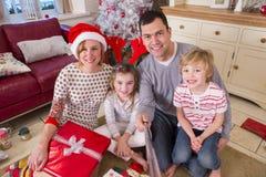 Familie, die ein Selfie am Weihnachten nimmt Lizenzfreie Stockbilder