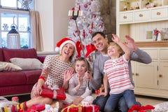 Familie, die ein Selfie zur Weihnachtszeit nimmt Lizenzfreie Stockfotos