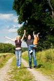 Familie, die ein tragendes Kind des Wegs hat Lizenzfreies Stockfoto