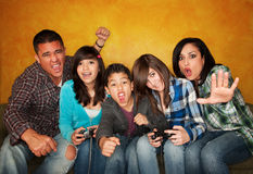 Familie, die ein Videospiel spielt Lizenzfreies Stockbild