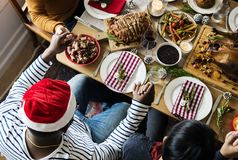 Familie, die ein Weihnachtsessen hat lizenzfreie stockfotografie