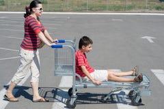 Familie, die ein Wochenendeneinkaufen anstrebt stockfotos