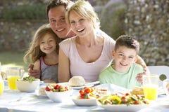 Familie, die eine Al-Fresko-Mahlzeit isst Lizenzfreies Stockfoto