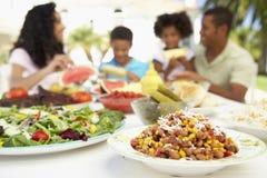 Familie, die eine Al-Fresko-Mahlzeit isst Stockfotografie