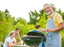 Familie, die eine Grillparty hat Stockfotografie