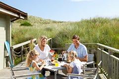 Familie, die eine Mahlzeit auf der Plattform genießt Lizenzfreies Stockbild