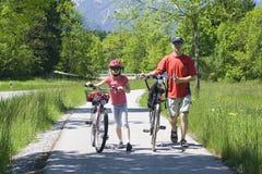Familie, die eine Wochenendenexkursion auf ihren Fahrrädern hat Lizenzfreie Stockfotografie
