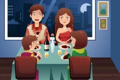 Familie, die in einem modernen Haus zu Abend isst lizenzfreie abbildung