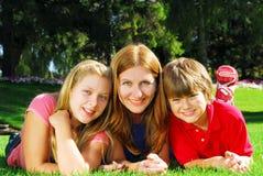Familie, die in einem Park sich entspannt stockfotos