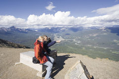 Familie, die einen Bruch auf die Oberseite eines Berges hat Stockfoto