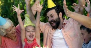 Familie, die einen Geburtstag feiert stock video footage