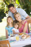 Familie, die einen Grill genießt Stockfotografie