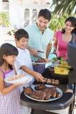Familie, die einen Grill genießt Stockfoto