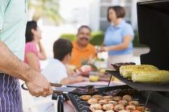 Familie, die einen Grill genießt Stockfotos