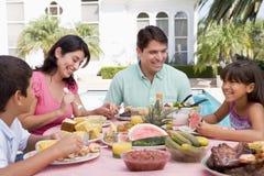Familie, die einen Grill genießt
