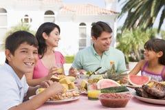 Familie, die einen Grill genießt stockbilder