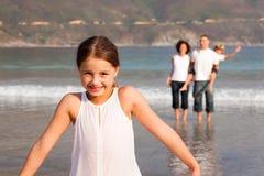 Familie, die einen Stroll auf dem Strand genießt Stockfotografie