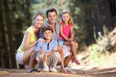 Familie, die einen Weg in der Landschaft genießt Stockfotografie