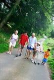 Familie, die einen Weg genießt Stockfotos