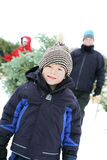 Familie, die einen Weihnachtsbaum erhält stockfotografie