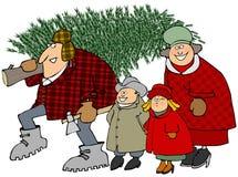 Familie, die einen Weihnachtsbaum trägt Lizenzfreie Stockfotografie