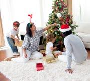 Familie, die einen Weihnachtsbaum verziert Stockfotografie