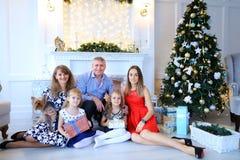 Familie die en, bij camera stellen, en elk koesteren glimlachen lachen Royalty-vrije Stock Foto