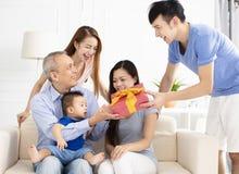 familie die en gift vieren geven aan vader royalty-vrije stock afbeelding