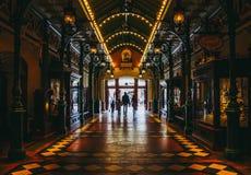 Familie, die in Entdeckungs-Säulengang, Main Street geht Disneyland Paris 15 stockbilder