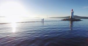 Familie, die entlang Spucken geht Vater hält seine Frau ` s Hand und seinen Sohn auf Schultern stock video footage