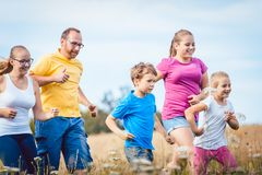 Familie, die für bessere Eignung im Sommer läuft Lizenzfreies Stockbild