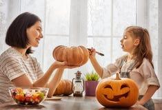 Familie, die für Halloween sich vorbereitet Lizenzfreies Stockfoto