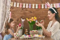 Familie, die für Ostern sich vorbereitet stockbilder