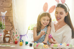 Familie, die für Ostern sich vorbereitet stockfotos