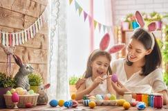 Familie, die für Ostern sich vorbereitet lizenzfreies stockbild