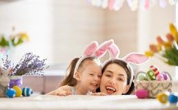 Familie, die für Ostern sich vorbereitet lizenzfreie stockfotos