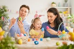 Familie, die für Ostern sich vorbereitet lizenzfreie stockfotografie