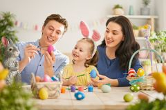 Familie, die für Ostern sich vorbereitet stockfoto
