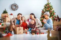 Familie, die für Weihnachten sich vorbereitet lizenzfreie stockfotografie