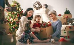 Familie, die für Weihnachten sich vorbereitet lizenzfreies stockbild