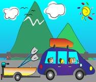 Familie, die am Feiertag durch lustiges Auto reist Lizenzfreie Stockfotos